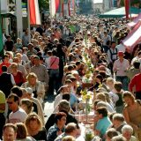 Knödelfest in St. Johann in Tirol mit dem längsten Knödeltisch der Welt